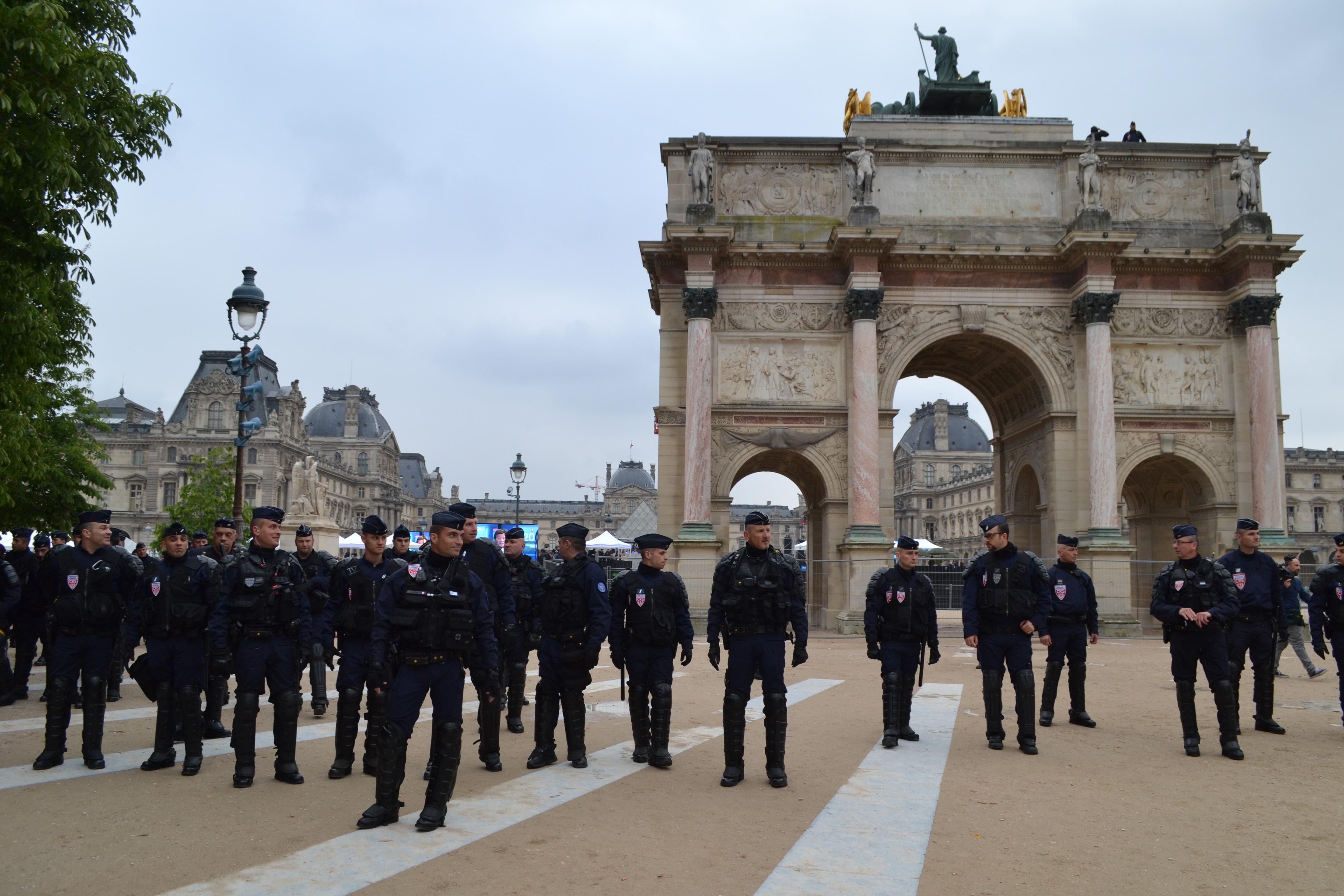 DSC 0754 1 3 - 政治とエンターテインメントとフランス人100人とマクロンとルペンと。