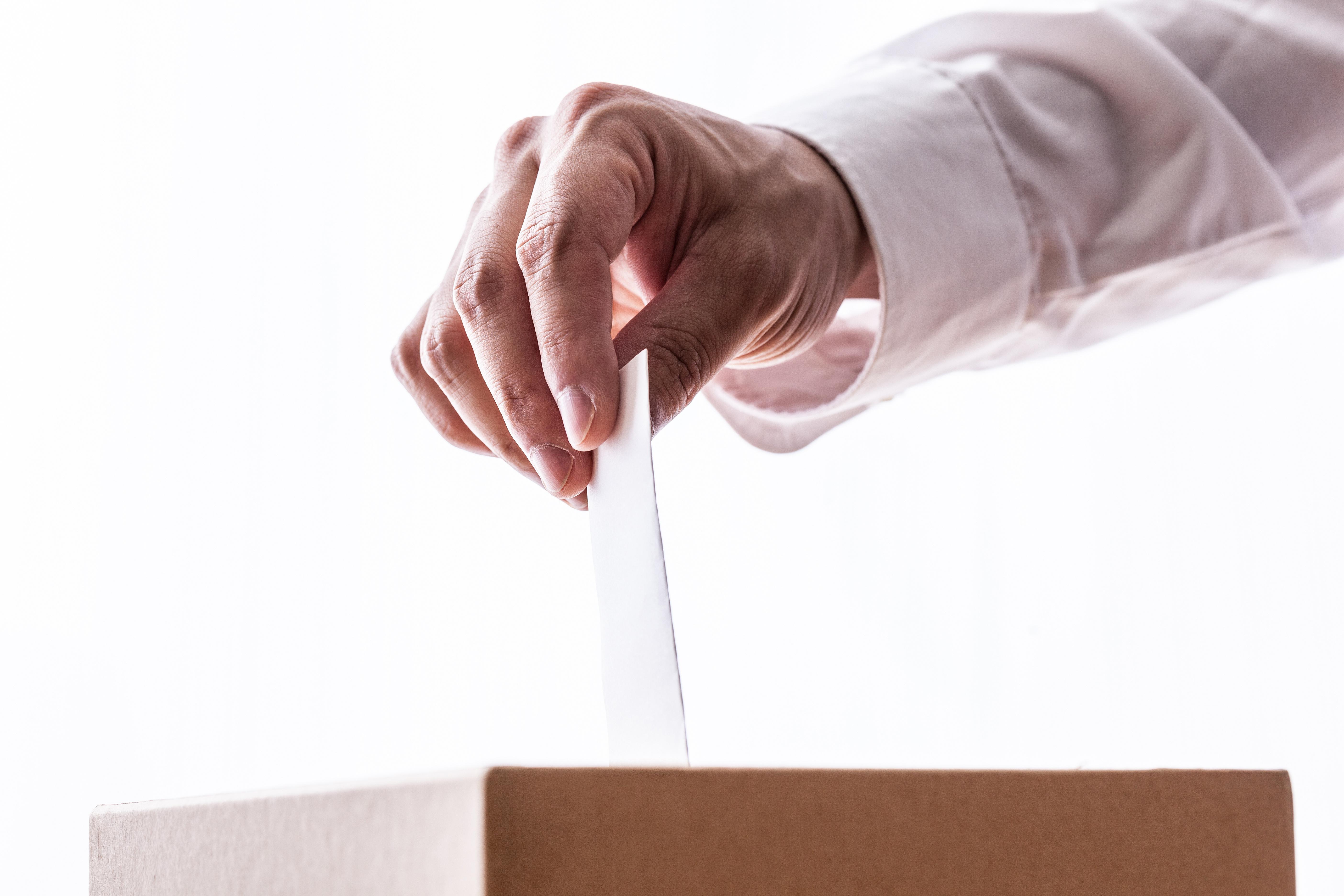 AdobeStock 116234571 - 選挙で同票?!運命の結果はくじ引きに託された…【POTETOリサーチ】